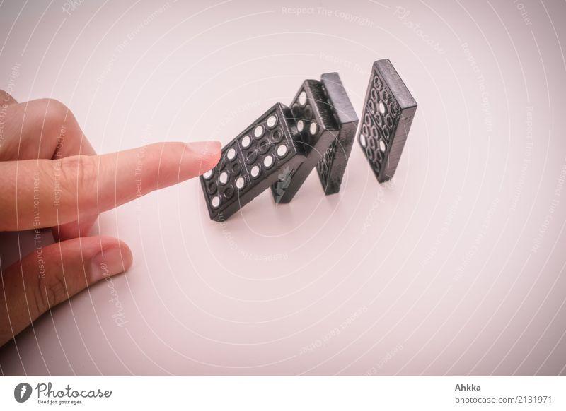 Eine Hand die eine Dominokette anstößt Mensch Finger Spielzeug Dominosteine fallen machen Spielen Optimismus Erfolg Macht Tatkraft Verantwortung standhaft