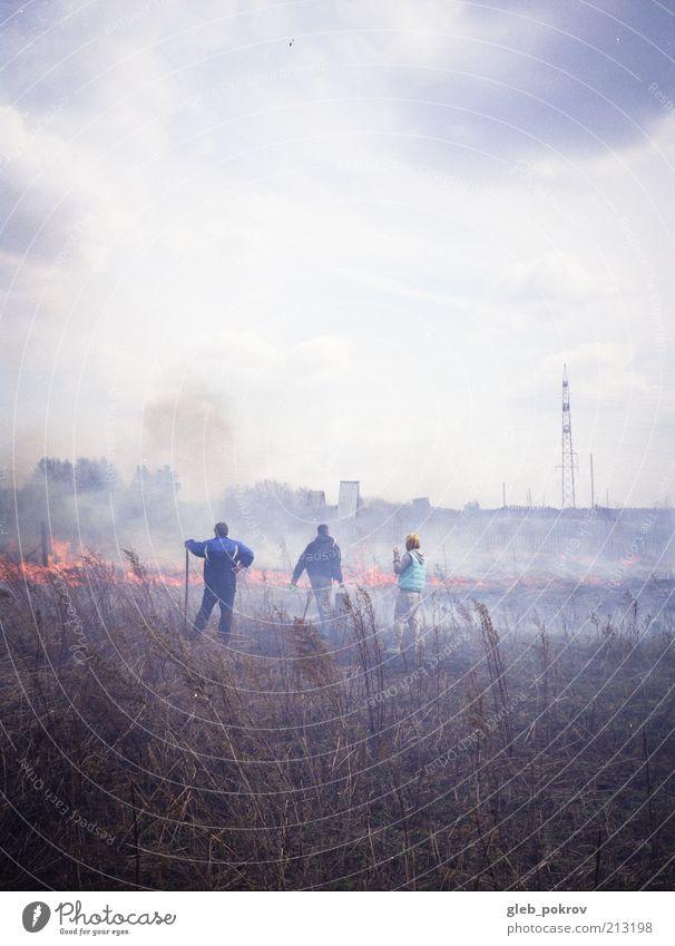 doc #fire Mensch 3 Menschengruppe Feuer Klima Wetter Nebel Gras Nutzpflanze Garten kämpfen gefährlich 2010 Filmmaterial Farbfoto Außenaufnahme