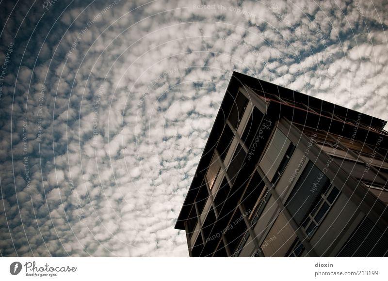 heiter bis wolkig Himmel Wolken Klima Wetter Mannheim Haus Hochhaus Bauwerk Gebäude Architektur Bürogebäude Immobilienmarkt Fenster Jalousie Rollladen