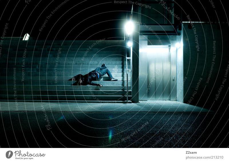 falling down Mensch maskulin Gebäude Architektur Treppe fallen dunkel blau Farbfoto Außenaufnahme Kunstlicht Schatten Kontrast Starke Tiefenschärfe Nacht