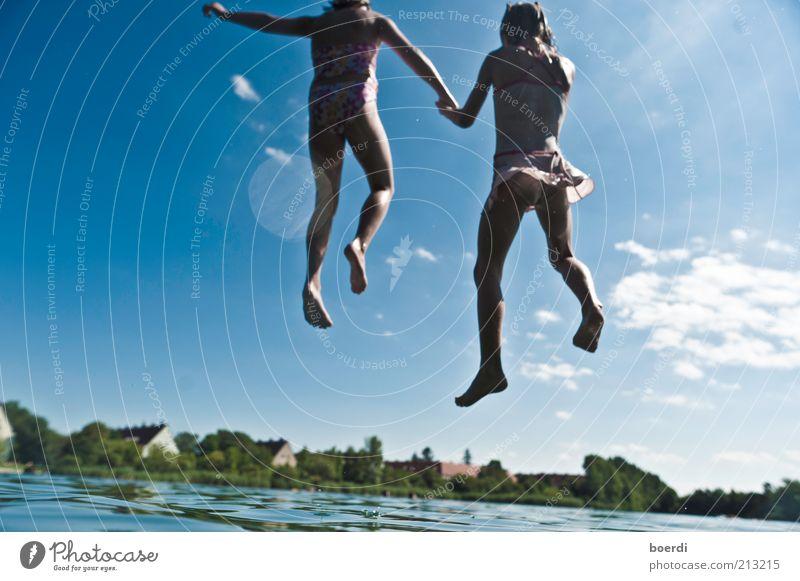 aUfsteiger Kind Natur Wasser blau Ferien & Urlaub & Reisen Mädchen Sommer Freude Leben Freiheit springen See Familie & Verwandtschaft Freundschaft Kindheit