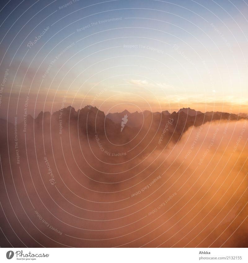 Frühmorgendliche Gipfelbelohnung Landschaft Urelemente Wolken Nachthimmel Sonnenaufgang Sonnenuntergang Klima Berge u. Gebirge Lofoten leuchten ästhetisch