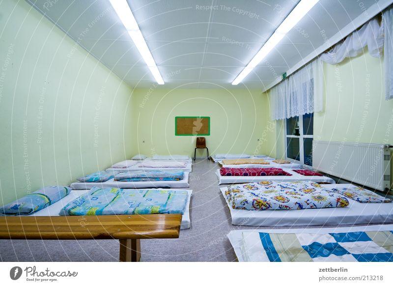 Schlafraum Schulgebäude Bett einfach Innenarchitektur Decke Neonlicht Symmetrie Bettwäsche Lager Schlafzimmer Klassenraum Lampe Licht Herberge Unterkunft Luftmatratze