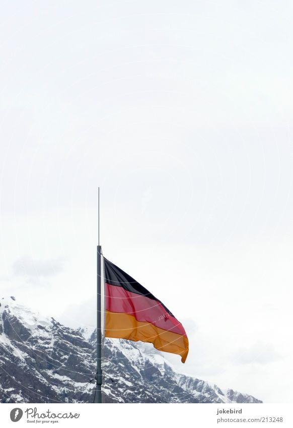 Deutschland schafft sich (berg)ab? Himmel weiß Winter Wolken kalt Schnee Berge u. Gebirge grau Eis Wind Felsen Fahne Alpen Gipfel Deutsche Flagge