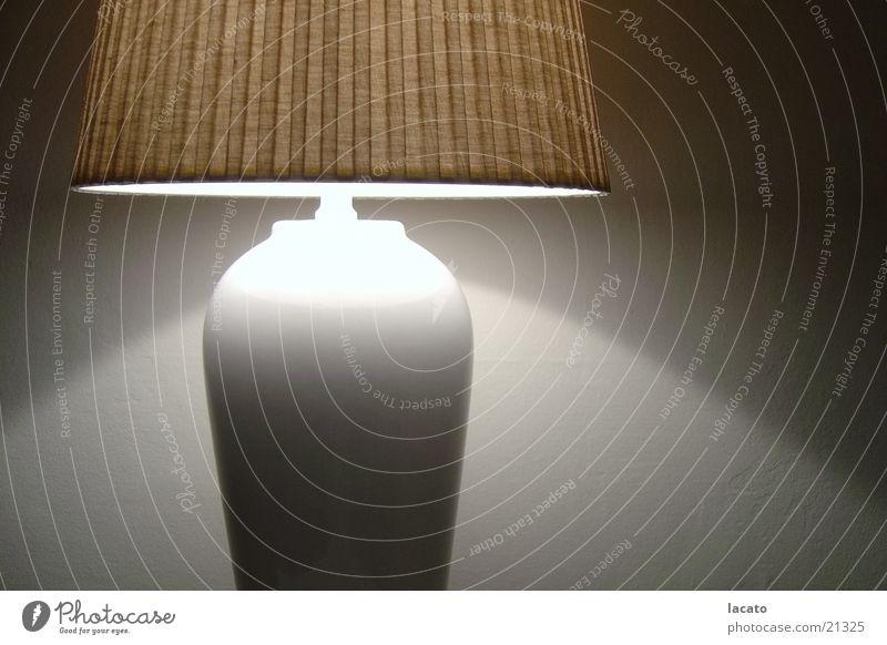 Lampenlicht Lampenschirm Licht Stehlampe Wohnzimmer Physik Abend braun weiß Wand Häusliches Leben Regenschirm Schatten Wärme Haus