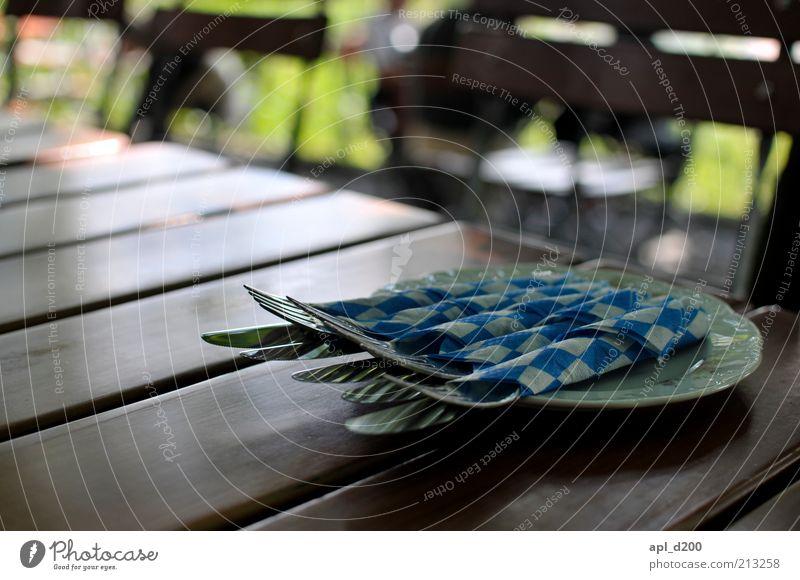Biergarten weiß grün blau Sommer braun Zufriedenheit Freizeit & Hobby Tisch authentisch Restaurant Geschirr Teller Bayern Gastronomie kariert Messer
