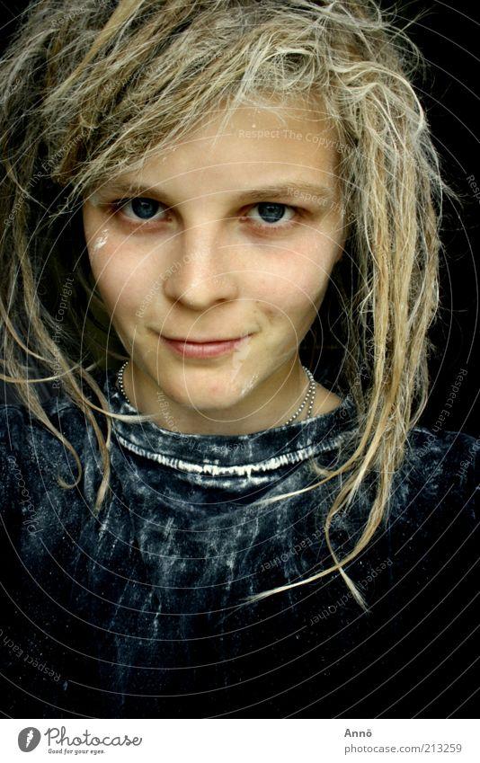 mesmeric feminin Haare & Frisuren Auge T-Shirt Rastalocken Blick schwarz Kraft selbstbewußt Entschlossenheit Lächeln Gedeckte Farben Innenaufnahme Experiment