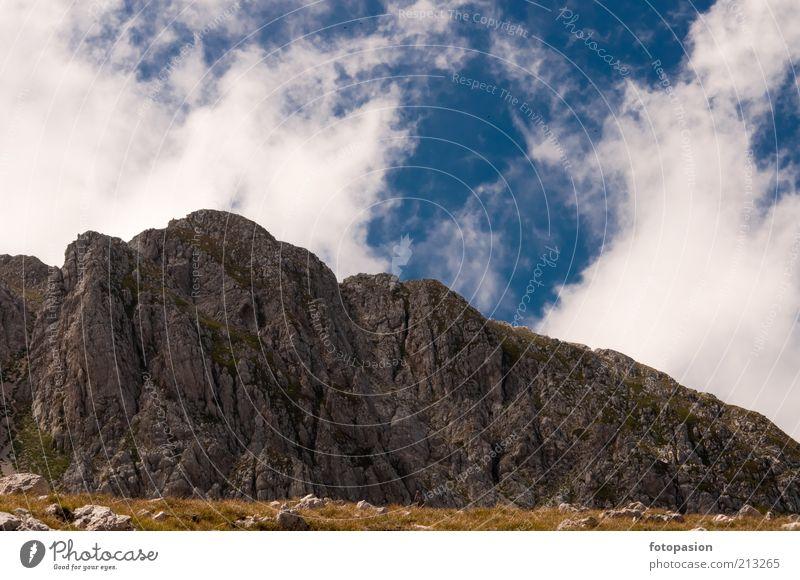 Landschaft mit Himmel, Wolken und Felsen Natur Urelemente Luft Wolkenloser Himmel Sonne Wetter Schönes Wetter Blitze Pflanze Gras Berge u. Gebirge schön Wärme