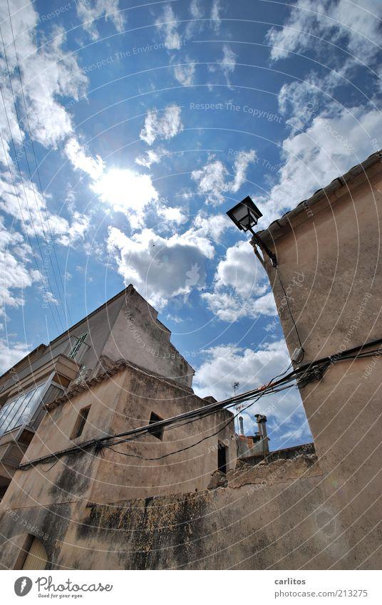 Alles schief und krumm alt Himmel weiß Sonne blau Sommer Haus Wolken Wand Fenster Mauer braun hoch Fassade trist