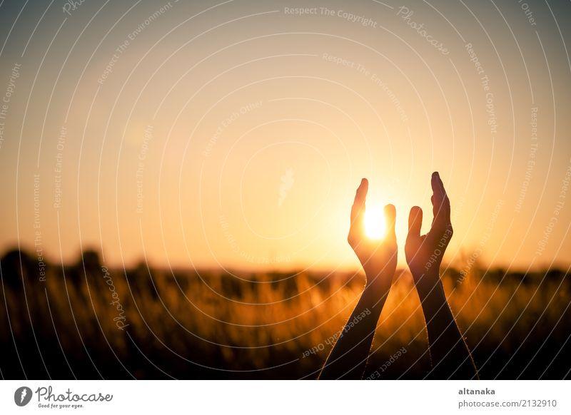 Silhouette der weiblichen Hände während des Sonnenuntergangs. Lifestyle Freude Glück harmonisch Erholung Freizeit & Hobby Ferien & Urlaub & Reisen Freiheit