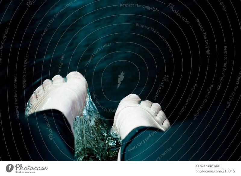 gelatine. Wasser dunkel kalt Beine Fuß Schwimmen & Baden nass frisch Flüssigkeit Statue Figur Skulptur bleich Wasseroberfläche Barfuß falsch