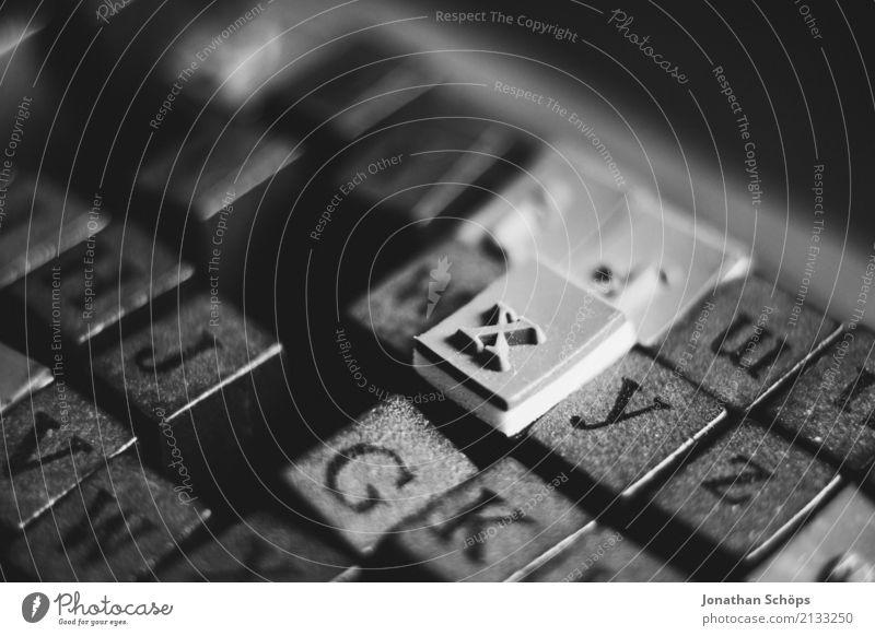 The x Holzstempel Stempel Typographie Schriftzeichen Buchstaben Druck Schreibmaschine alt Kleinbuchstaben Schwarzweißfoto Makroaufnahme Detailaufnahme Basteln