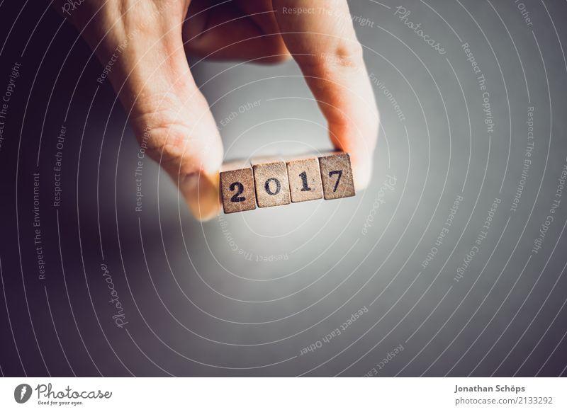 2017 Hand Holz Feste & Feiern Schriftzeichen Ziffern & Zahlen festhalten Typographie Silvester u. Neujahr wählen Gesetze und Verordnungen Text Stempel Wahlen