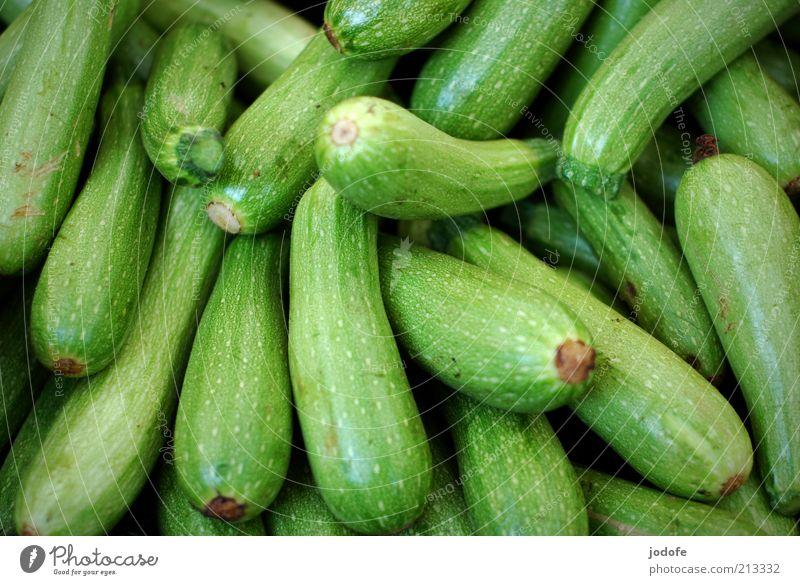 Zucchini grün glänzend Lebensmittel Frucht mehrere Gemüse viele Vegetarische Ernährung