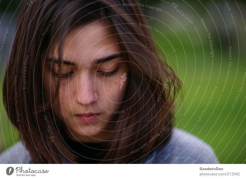 frei. Mensch Jugendliche schön Gesicht feminin Gefühle Haare & Frisuren Wärme Zufriedenheit Stimmung Erwachsene authentisch nah brünett langhaarig