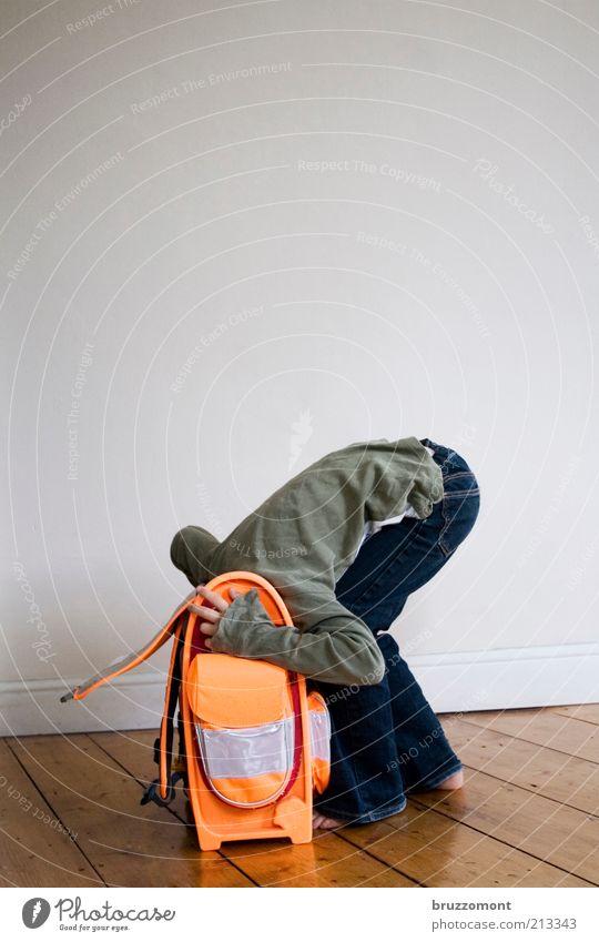 Kevin kotzt in den Ranzen. Mensch Mädchen 1 Mauer Wand Jeanshose Barfuß Gefühle Sorge Unlust Angst Schule Flucht verstecken Schulranzen Schulstart Farbfoto