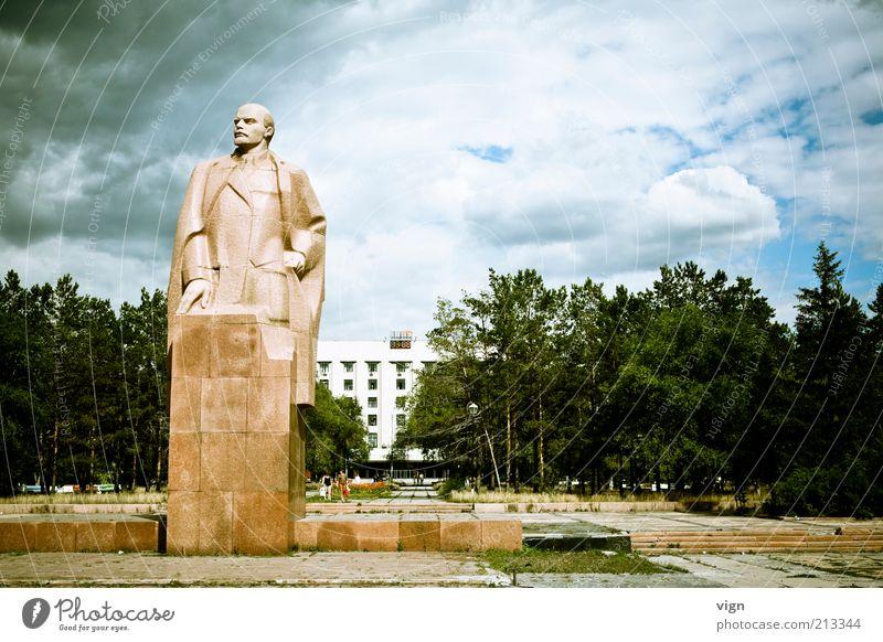Blick in die rechte Ecke Kunst Skulptur Gewitterwolken schlechtes Wetter Karaganda Kasachstan Bekanntheit eckig fest Farbfoto Außenaufnahme Menschenleer
