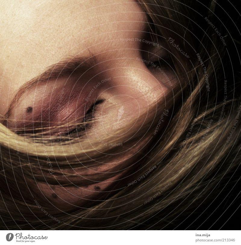 in andere Welten tauchen Haare & Frisuren Haut Schminke ruhig Mensch feminin Junge Frau Jugendliche Erwachsene 1 brünett blond schlafen träumen Traurigkeit
