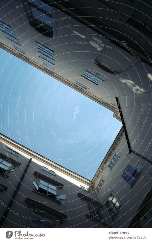 Fenster zum Hof Stadt Haus Architektur Fassade Bauwerk historisch eng aufwärts Geometrie Hinterhof vertikal Blauer Himmel Anschnitt gerade