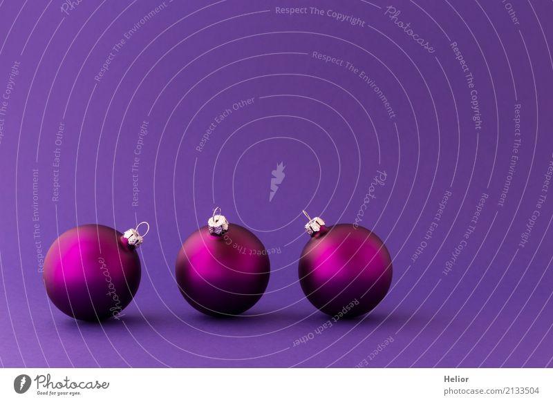 Violette weihnachtskugeln auf lila hintergrund mit goldflitter ein lizenzfreies stock foto von - Christbaumkugeln lila ...