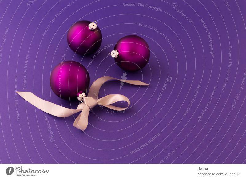 Violette Weihnachtskugeln auf lila Hintergrund Design Freude Weihnachten & Advent Glas Ornament Kugel Schnur Schleife einfach glänzend schön violett silber