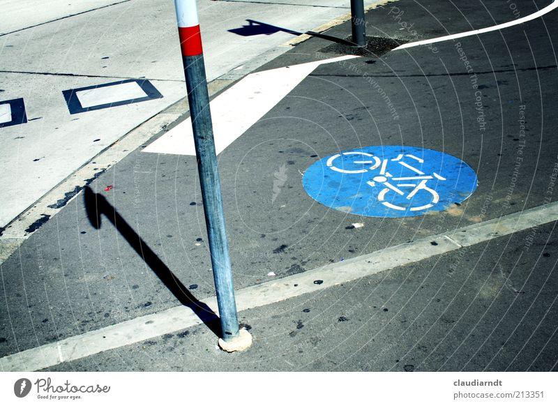Fietze Stadt Straße Fahrrad dreckig Straßenverkehr Beton Boden Asphalt Hinweisschild Verkehrswege Fleck Pfosten Straßenkreuzung Bildausschnitt Orientierung Piktogramm