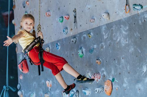 kleines Mädchen, das eine Innenwand der Felsen klettert. Mensch Kind Frau Ferien & Urlaub & Reisen Hand Freude Erwachsene Sport Spielen Freizeit & Hobby Park