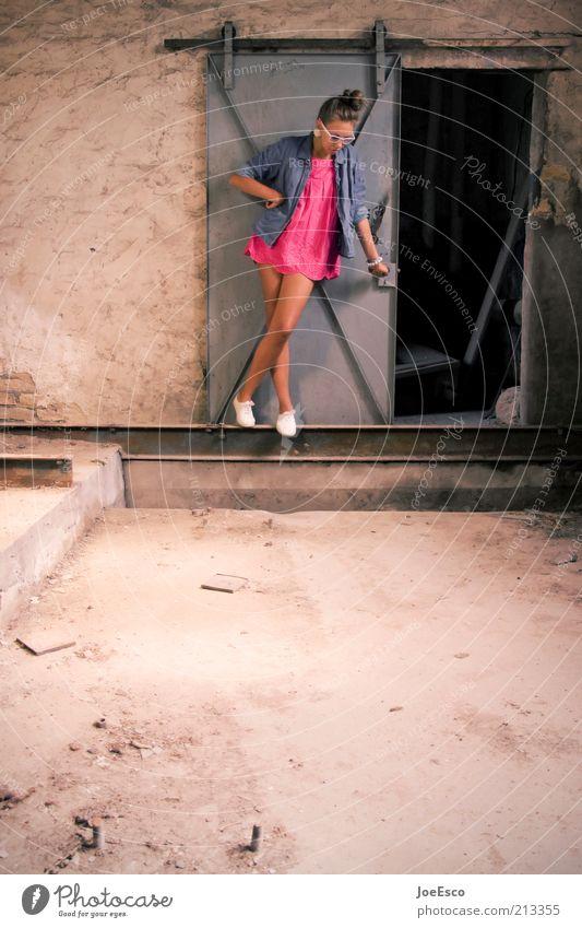 #213355 Lifestyle schön Keller Frau Erwachsene Leben Mensch Ruine Mauer Wand Mode Hemd Rock Accessoire Brille Schuhe langhaarig stehen trendy einzigartig nerdig