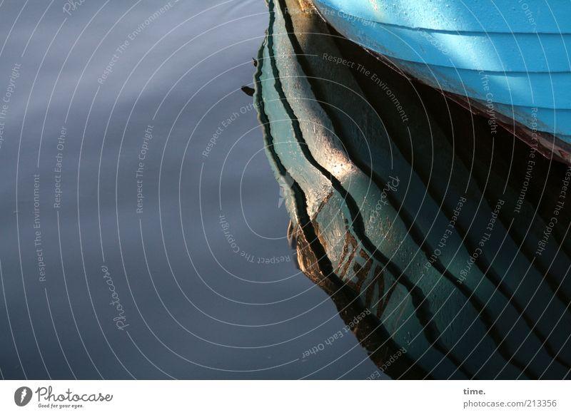 einfach nur rumliegen Wasser Sonne Wasserfahrzeug nass liegen türkis feucht Im Wasser treiben Urelemente Schatten Licht Fischerboot Wasseroberfläche Riffel