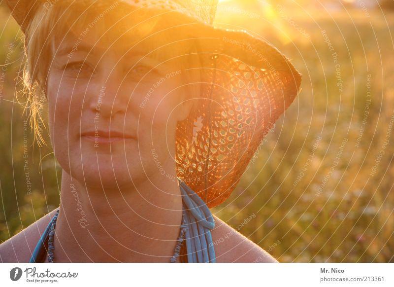 just a day Sommerurlaub feminin Frau Erwachsene Kopf Gesicht Natur Schönes Wetter Wildpflanze Wiese Hut blond natürlich Wärme Sonnenhut Strohhut Dämmerung