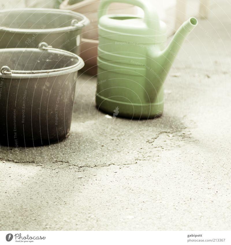 Gartenarbeit Arbeit & Erwerbstätigkeit Baustelle Handwerk retro grün schwarz Eimer Gießkanne Topf Wasserbehälter Sonnenlicht Textfreiraum rechts