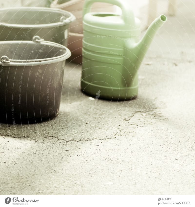 Gartenarbeit grün schwarz Arbeit & Erwerbstätigkeit retro Baustelle Kunststoff Handwerk gießen Topf Gartenarbeit Eimer Behälter u. Gefäße Gießkanne Wasserbehälter