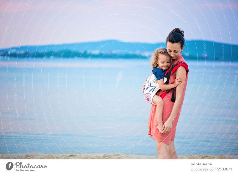 Ergo-Träger auf See Mensch Mädchen Eltern Erwachsene Mutter Familie & Verwandtschaft 2 3-8 Jahre Kind Kindheit 30-45 Jahre Umwelt Natur Erde Wasser Himmel