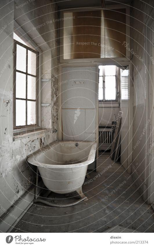 Schatz, putzt du das Bad?! Haus Fenster Badewanne Wandschrank Heizkörper Teppich Tür alt dreckig Ekel trashig verrotten verfallen Farbfoto Innenaufnahme