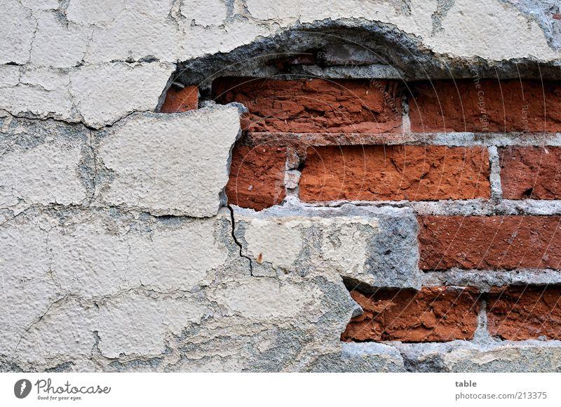 Aufbruch alt rot Wand grau Stein Mauer Beton Fassade kaputt Vergänglichkeit verfallen Backstein Verfall Vergangenheit Ruine Putz