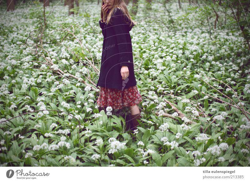 gretel feminin 1 Mensch Natur Pflanze Bärlauch Mantel blond langhaarig Denken entdecken natürlich trist wild grün Neugier Einsamkeit Angst Verzweiflung
