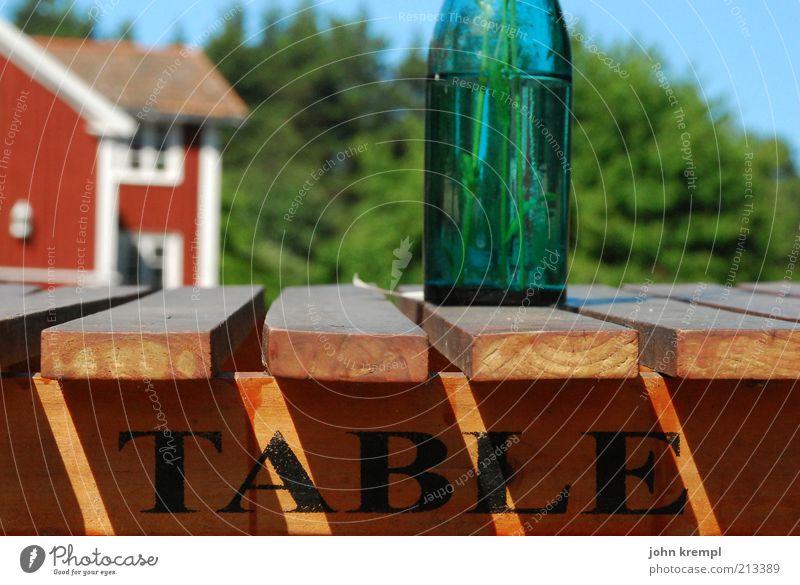 table Ernährung Flasche Vase Tisch Holz Erholung blau braun grün rot Glück Lebensfreude Idylle Natur Zufriedenheit Schweden hasselö Biertische Holztisch Schäre