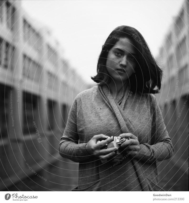 festhalten. Mensch feminin Junge Frau Jugendliche Partner 1 18-30 Jahre Erwachsene Gebäude Mode Pullover Haare & Frisuren brünett Fotokamera atmen Lächeln Blick