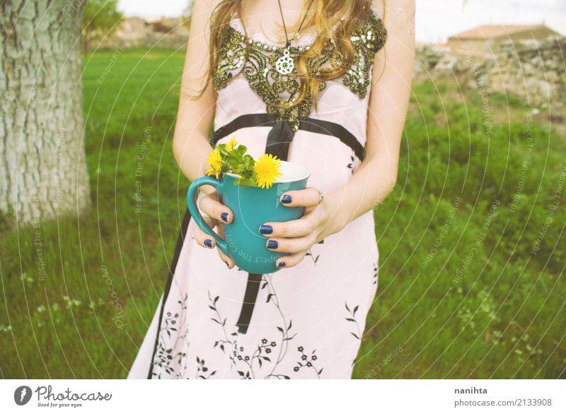 Junge Frau, die eine Schale Blumen anhält Mensch Natur Jugendliche Pflanze grün Baum 18-30 Jahre Erwachsene Leben Umwelt Gesundheit natürlich feminin Gras