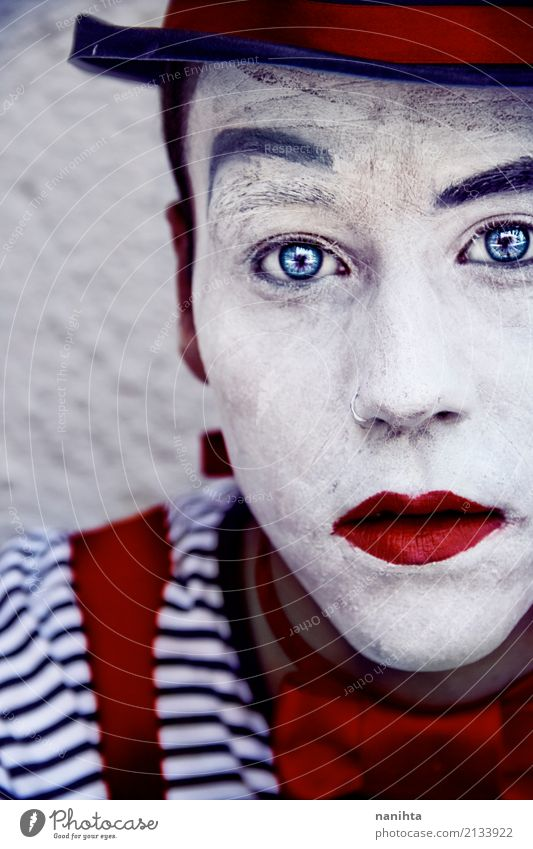 Junger Mann mit Clown bilden und blaue Augen Stil Design Schminke Karneval Halloween Mensch maskulin Jugendliche 1 18-30 Jahre Erwachsene Kunst Künstler Zirkus