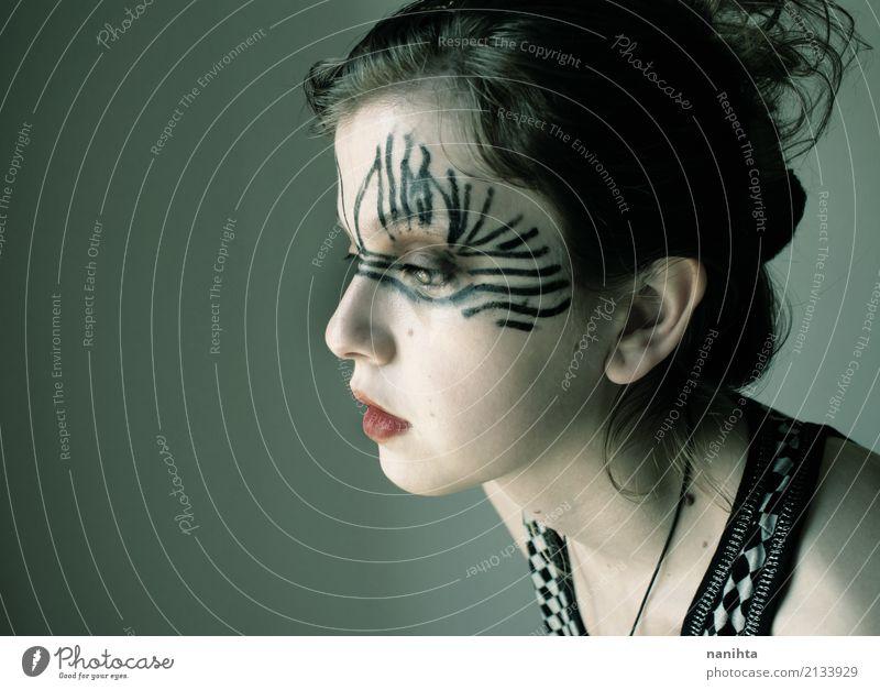 Junge traurige Frau mit einem extrange bilden Design schön Haut Gesicht Schminke Mensch feminin Junge Frau Jugendliche 1 18-30 Jahre Erwachsene schwarzhaarig
