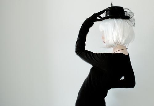 Profilansicht einer jungen und mysteriösen stilvollen Frau Mensch Jugendliche Junge Frau schön weiß Einsamkeit 18-30 Jahre schwarz Erwachsene feminin Stil Kunst