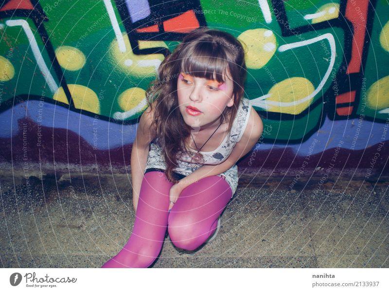 Portrait einer jungen Frau. Jugendkulturstil. Mensch Jugendliche Junge Frau Einsamkeit 18-30 Jahre Erwachsene Lifestyle Graffiti feminin Stil Kunst Stadtleben