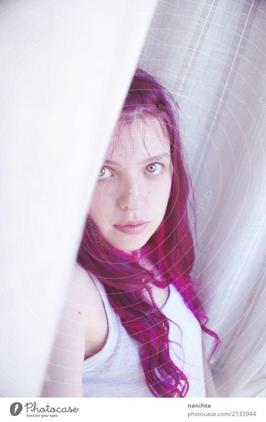 Junge schüchterne Frau mit rosa Haaren Lifestyle Stil schön Haare & Frisuren Mensch feminin Junge Frau Jugendliche 1 18-30 Jahre Erwachsene T-Shirt langhaarig
