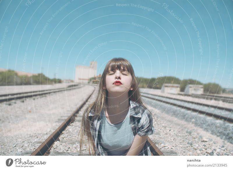 Junge Frau, die eine Eisenbahnstraße einatmet Mensch Himmel Ferien & Urlaub & Reisen Jugendliche blau Stadt schön ruhig 18-30 Jahre Erwachsene Lifestyle feminin