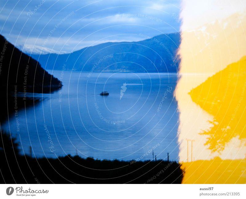 Leaking. Ferne Landschaft Wasserfahrzeug Bucht Fjord Dia Fähre blau-gelb Light leak