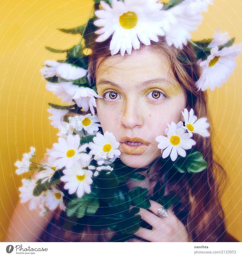 Künstlerisches Porträt einer jungen Frau mit vielen Gänseblümchen Stil exotisch schön Gesicht Schminke Wellness Mensch feminin Junge Frau Jugendliche 1