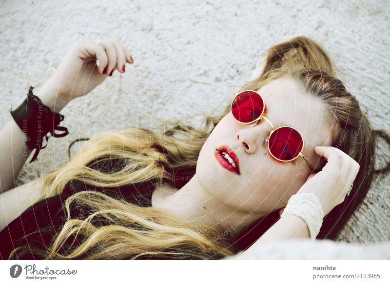 Junge blonde Frau mit roter Sonnenbrille Mensch Jugendliche Junge Frau schön Erholung 18-30 Jahre schwarz Gesicht Erwachsene Lifestyle feminin Stil liegen gold