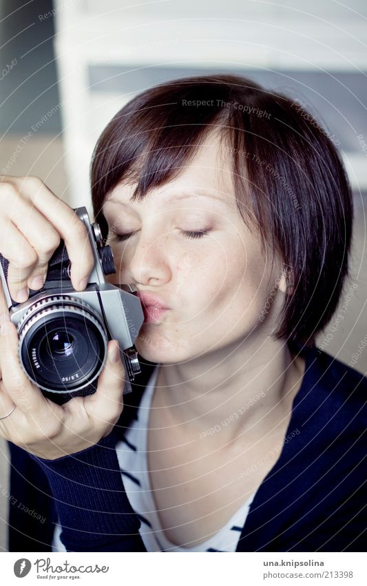 <3 Freizeit & Hobby Fotografie Berufsausbildung Azubi feminin Junge Frau Jugendliche Erwachsene 1 Mensch 18-30 Jahre berühren Küssen Liebe Leidenschaft