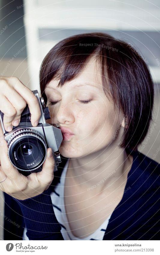 <3 Mensch Frau Jugendliche schön Erwachsene Liebe feminin Freizeit & Hobby Fotografie Junge Frau 18-30 Jahre berühren Fotokamera Beruf Küssen Leidenschaft